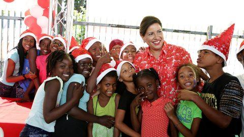 La vicepresidenta Margarita Cedeño junto a decenas de niños y niñas de escasos recursos que disfrutaron del agasajo navideño realizado en la Biblioteca Infantil y Juvenil República Dominicana.