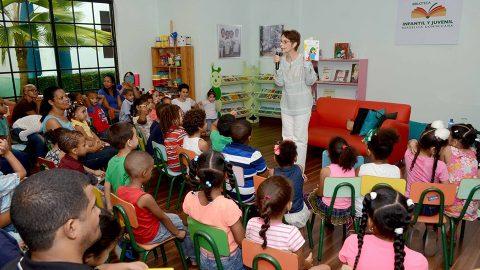 La escritora Lucía Amelia Cabral narra el cuento de su autoría Cosquillas en el Corazón a niños y niñas que asistieron en compañía de sus padres al encuentro realizado en la Sala de la Imaginación de la BIJRD.