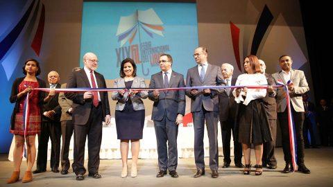La Vicemandataria hace el corte de cinta que deja inaugurada la XIX Feria Internacional del Libro Santo Domingo 2016, junto a los integrantes de la mesa dehonor.