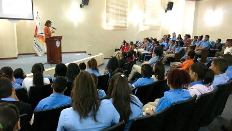 La directora de la BIJRD, Dulce Elvira de los Santos, explica a los jóvenes cómo participar.