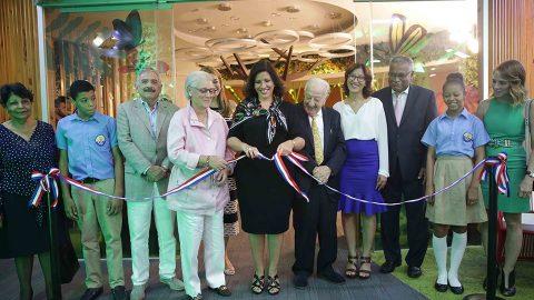 La vicepresidenta, doctora Margarita Cedeño, realizó el corte de cinta en compañía de la presidenta de la Fundación Propagas, señora Rosa Margarita Bonetti de Santana; y la directora de la BIJRD, Dulce Elvira de los Santos, entre otras personalidades.