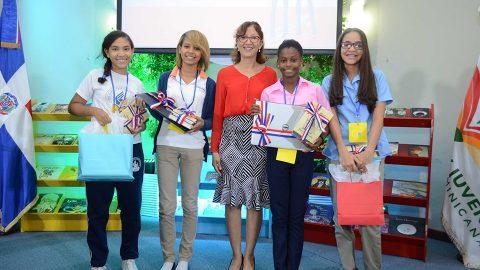 Dulce Elvira de los Santos, directora de la Biblioteca Infantil y Juvenil República Dominicana (BIJRD) junto a estudiantes de diferentes centros educativos que participaron y ganaron en la categoría B del concurso D-e- l-e- t-r- e-a- n-d- o, iniciativa que busca incentivar el hábito de lectura, la excelencia ortográfica y la correcta ampliación del vocabulario.