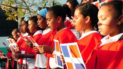 El coro infantil de la BIJRD, dirigido por la maestra Mayra Peguero, interpreta las gloriosas notas del Himno Nacional y el Himno a Sánchez en la celebración del bicentenario del natalicio del patricio Francisco del Rosario Sánchez.