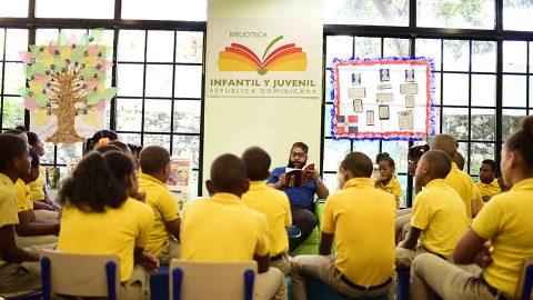 Los niños del Colegio Cristiano Reformando Ramón Reynoso compartieron en la sala La Biblio de L@s Niñas de la Biblioteca Infantil y Juvenil República Dominicana (BIJRD) con el poeta Luis Reynaldo Pérez, durante la celebración del Día Mundial de la Poesía.