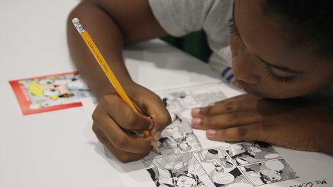 La niña Sofía Ramos, de octavo curso de la escuela Profesor Agustín Berroa, en momentos en que crea una historieta de comedia.