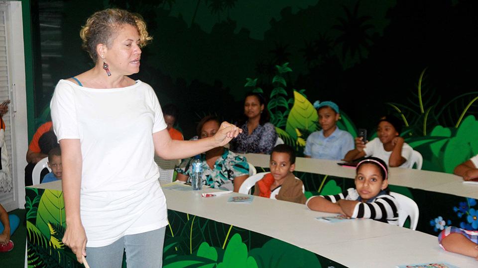 La actriz Clara Luz Lozano cuenta animadamente una historia a niños y adultos en el auditorio del pabellón Aprender es Divertido, de la Vicepresidencia de la República, en la XX Feria Internacional del Libro Santo Domingo 2017.