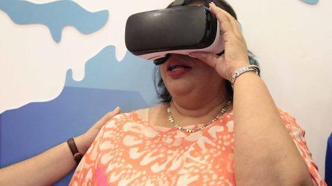 La diputada Ysabel de la Cruz mientras experimenta una de las atracciones de realidad virtual del pabellón de la Vicepresidencia.