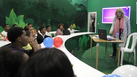 Estudiantes del Centro Estudiantil San Antonio, de Villa Francisca, que acudieron al pabellón en la Vicepresidencia, observan y siguen cada detalle de la narradora de cuentos Sisa Ruival.