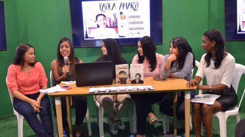 La booktuber Paola Amaro exhorta a los presentes a leer lo que les gusta y concebir esta experiencia como enriquecedora y divertida.