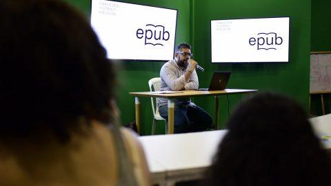 El escritor Reynaldo Pérez explica a los asistentes en qué consiste el Libro electrónico en la animación a la lectura, en el pabellón Aprender es divertido, en la XX Feria Internacional del Libro Santo Domingo 2017.
