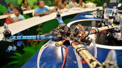 El dron es un novedoso y pequeño aparato volador no tripulado que puede ser controlado en forma remota. Fue exhibido en el taller Robótica Educativa, impartido en el pabellón Aprender es divertido, de la Vicepresidencia de la República, en la XX Feria Internacional del Libro Santo Domingo 2017.