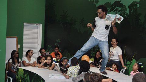 Johnnie Mercedes gesticula y hace muecas divertidas a un grupo de niños a los que explica diferentes historias durante la en la XX Feria Internacional del Libro Santo Domingo 2017