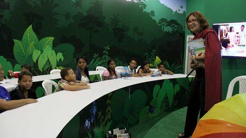 La directora de la Biblioteca Infantil y Juvenil República Dominicana, Dulce Elvira de los Santos, mientras interactuaba con el público asistente al pabellón Aprender es divertido, en la XX Feria Internacional del Libro Santo Domingo 2017.