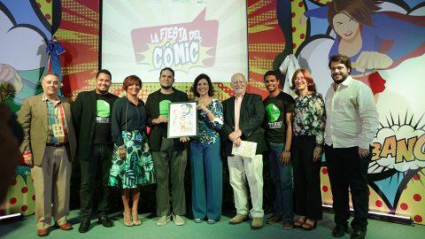 La vicepresidenta Margarita Cedeño recibe una pintura con la imagen del extinto escritor René del Risco Bermúdez, de parte del equipo de la empresa Moro Studio. Les acompañan Chris Claremont y Dulce Elvira de los Santos.