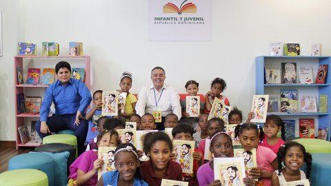 """Los niños de entre tres a ocho años recibieron un ejemplar de la historia """"Ahora que vuelvo, Ton"""", del escritor, dramaturgo y actor, Reynaldo Disla, durante un taller que impartió como parte de las actividades de la Fiesta del Cómic 2017."""
