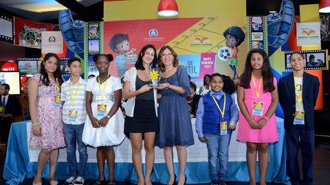 Los galardonados del Primer Concurso de Cortometrajes que se desarrolló como parte de las actividades del duodécimo Festival Internacional de Cine Infantil (FICI), reciben sus premios de manos de la directora de la Biblioteca Infantil y Juvenil República Dominicana (BIJRD), Dulce Elvira de los Santos.