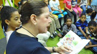 """Niños que participaron en el Encuentro con Escritores efectuado en el Parque Greta de la Biblioteca Infantil y Juvenil República Dominicana (BIJRD) escuchan atentos a la escritora Hortensia Sousa de Baquero mientras narra el cuento """"El Cangrejito Escarlata"""", de su autoría."""