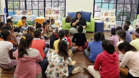 Niños que participaron en el encuentro En Voz Alta, efectuado en la sala La Biblio de L@s Niñ@s de la Biblioteca Infantil y Juvenil República Dominicana (BIJRD), escuchan atentos a la escritora Yina Guerrero.