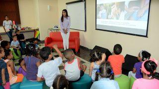 La psicóloga infantil, Carla Vásquez, mientras explica a los niños, niñas y padres sobre las precauciones pertinentes que deben tomarse para evitar el abuso en los menores.