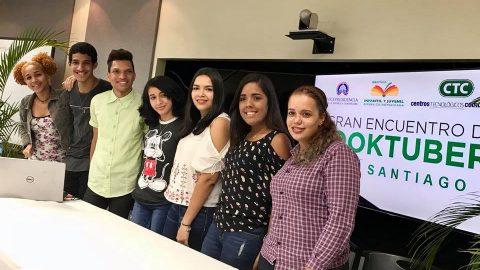 Los jóvenes booktubers durante su visita al Centro Tecnológico Comunitario (CTC) Licey al Medio, donde compartieron sus experiencias como los nuevos promotores literarios.
