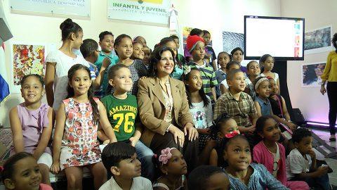 La doctora Margarita Cedeño junto a los niños que representaron los diferentes clubes de lectura de la Biblioteca Infantil y Juvenil República Dominicana (BIJRD), durante el acto donde se presentó el nuevo servicio de préstamo de libros.