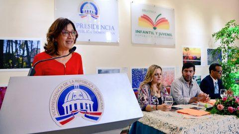 Dulce Elvira de los Santos, directora de la Biblioteca Infantil y Juvenil República Dominicana (BIJRD), ofrece la bienvenida a los invitados nacionales e internacionales que participan en la VI Semana Internacional de Poesía.