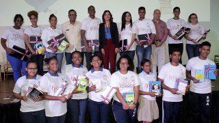 La directora de la Biblioteca Infantil y Juvenil República Dominicana (BIJRD), Dulce Elvira de los Santos, junto al grupo de los ganadores de la sexta edición de la Batalla de los Cuentos, que organiza esa institución cada dos años.