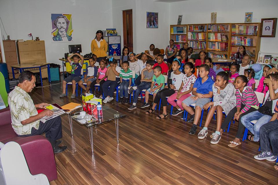 El destacado escritor dominicano Franklin Domínguez, explica a los niños la valentía que asumió el patricio Juan Pablo Duarte en la lucha por la Independencia de República Dominicana.