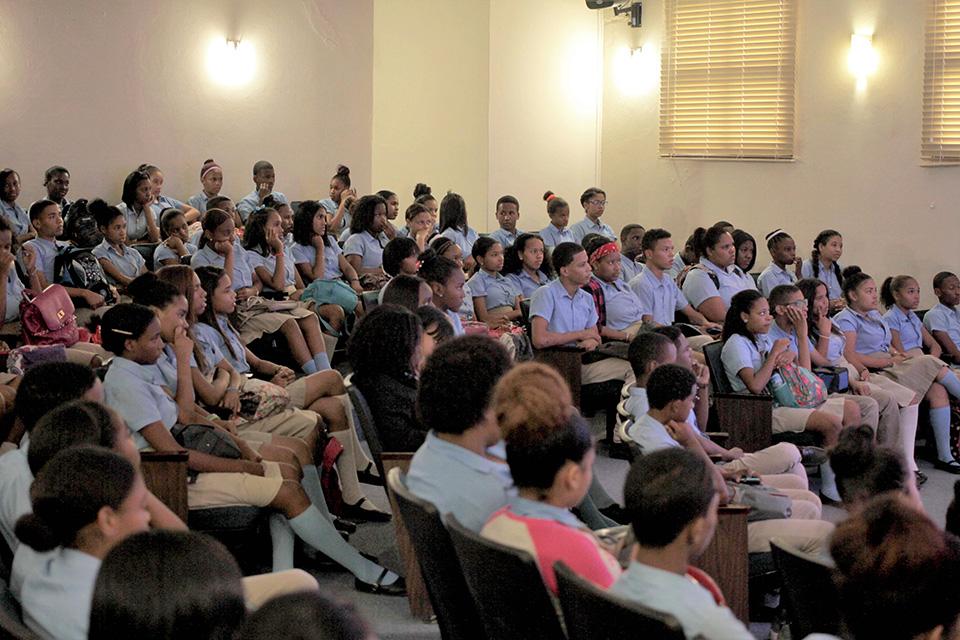 Cientos de estudiantes de diferentes centros educativos asistieron a la Muestra de Cine Dominicano, celebrada por quinta vez en la Biblioteca Infantil y Juvenil República Dominicana (BIJRD).