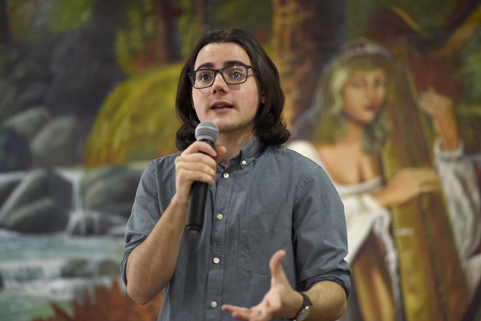 """En su intervención en la conferencia """"El booktubers como recurso de animación a la lectura"""", el periodista, escritor y booktuber Sebastián García Mouret motivó a cientos de estudiantes a dedicarle tiempo a los libros."""
