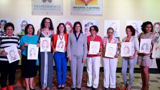 La vicemandataria Margarita Cedeño junto a la directora de la Biblioteca Infantil y Juvenil República Dominicana (BIJRD), escritora Dulce Elvira de los Santos. Les acompañan algunas de las escritoras homenajeadas en la exposición «Mujeres en la literatura infantil», que reúne 21 retratos en caricaturas de autoras literarias que dejan sus huellas en la cultura dominicana.