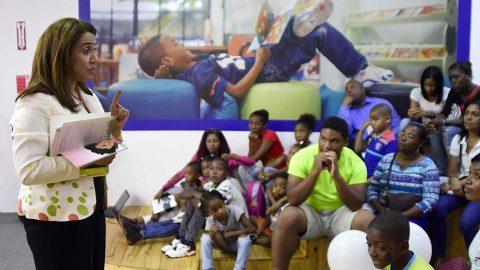 La escritora e ilustradora Elizabeth Balaguer motiva a los padres que visitan el pabellón de la Vicepresidencia de la República a crear hábito de lectura en familia, durante el desarrollo de la XXI Feria Internacional del Libro Santo Domingo 2018 (FILSD).
