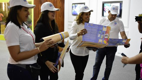 La viceministra lee el programa de actividades que se estará desarrollando en el pabellón de la Vicepresidencia de la República durante los 12 días de la Feria Internacional del Libro Santo Domingo 2018 (FILSD).