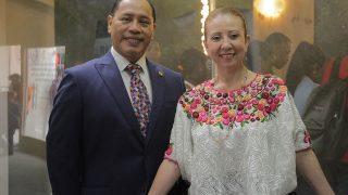 El embajador de Guatemala, Rudy Coxaj, acompañado de su esposa, la señora Rossy Rivera de Coxaj, visitaron el pabellón de la Vicepresidencia de la República en la XXI Feria Internacional del Libro Santo Domingo 2018 (FILSD 2018).