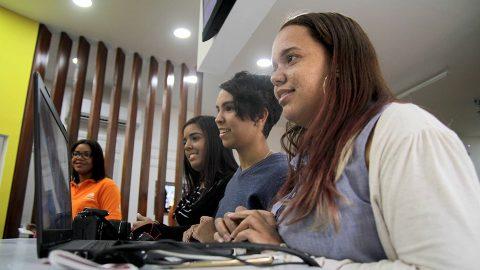 La bookstagrammer Robelmy Jiménez, de 21 años; junto a las booktubers Nicole Rojas, de 19; y Amalfi Disla, de 28, usan sus cuentas sociales para promover la lectura.