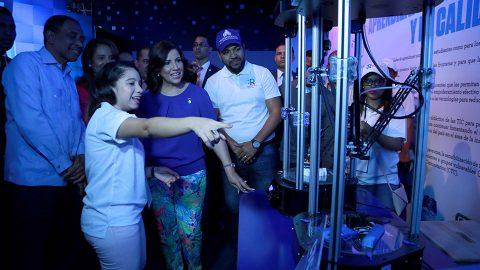 La Vicepresidenta de la República, doctora Margarita Cedeño, observa el funcionamiento de las impresoras 3D que exhibe Centros Tecnológicos Comunitarios (CTC) en el pabellón de República Digital en la XXI Feria Internacional del Libro de Santo Domingo 2018 (FILSD 2018).