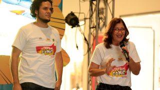 La directora de la Biblioteca Infantil y Juvenil República Dominicana (BIJRD), Dulce Elvira de los Santos y Lorean Ricardo, de la empresa Moro Studio, agradecen el apoyo del público para la realización de la Fiesta del Cómic.