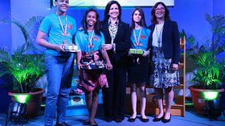 Los jóvenes Asys Brito, Anabella Pellerano y Braulio Caraballo reciben los premios como ganadores del renglón juvenil de 13 a 15 años de la Olimpíada de Lectura 2018, de manos de la vicepresidenta Margarita Cedeño. Observa la directora de la Biblioteca Infantil y Juvenil República Dominicana (BIJRD), Dulce Elvira de los Santos.