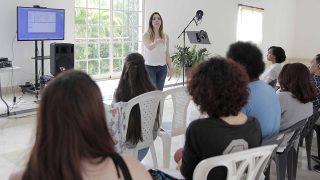 La especialista en doblaje de películas animadas Yamila Garreta explica a los participantes del taller de doblaje las técnicas principales para hacer diferentes voces, durante el curso organizado por la Biblioteca Infantil y Juvenil República Dominicana (BIJRD).