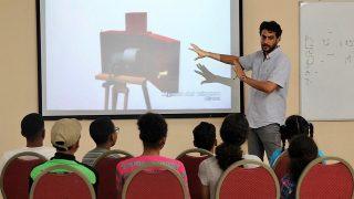 El cineasta cubano Marcel Beltrán imparte el Taller de Realización Cinematográfica para Adolescentes organizado por la Biblioteca Infantil y Juvenil República Dominicana (BIJRD), en colaboración con la Dirección General de Cine (DGCINE), como parte de la décimo tercera edición del Festival Internacional de Cine Infantil.