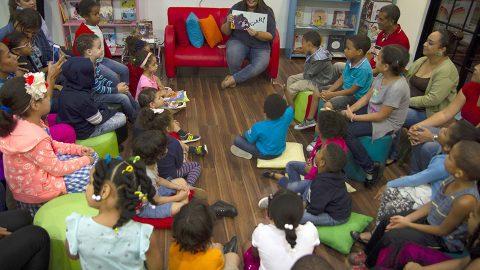 """Yina Guerrero, autora del cuento """"Mamá osa, ¿por qué soy diferente?"""", manifiesta que todos los niños tienen derecho a un hogar, durante su participación en el Encuentro con Escritores organizado por la Biblioteca Infantil y Juvenil República Dominicana (BIJRD)."""