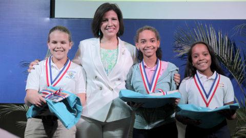 Lía Custodio, Luisanna Guzmán y Maythe Ortega, ganadoras de la B, junto a la vicepresidenta Margarita Cedeño durante el acto de premiación del concurso de deletreo organizado por la Biblioteca Infantil y Juvenil República Dominicana.