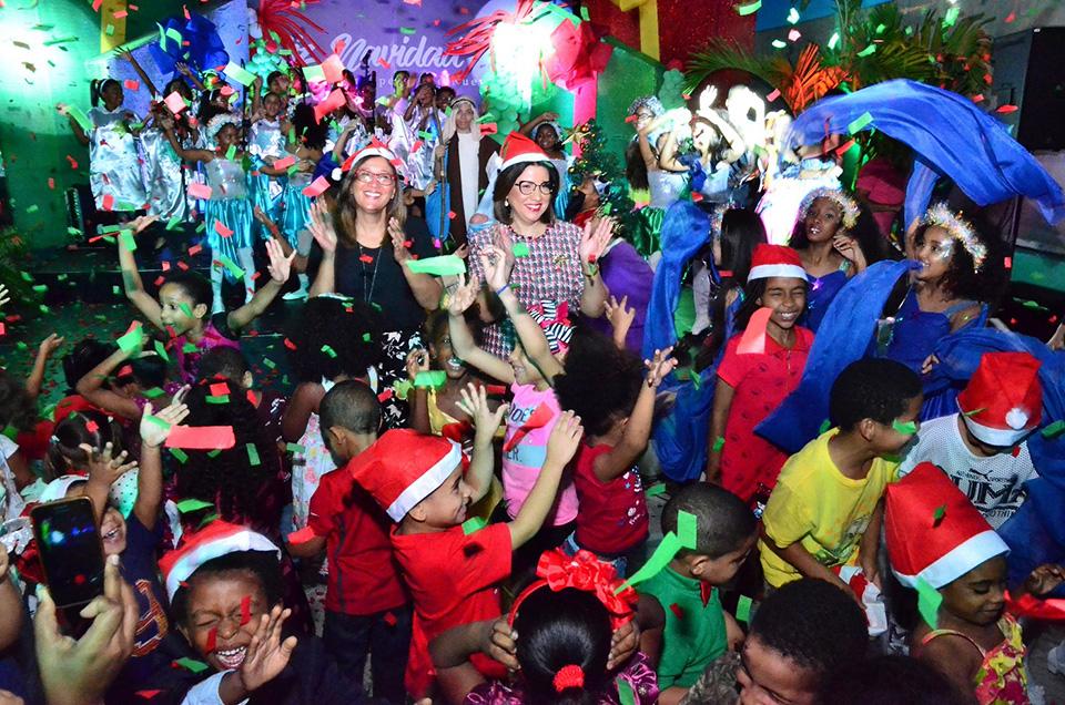 """Decenas de niños visitantes asiduos de la Biblioteca Infantil y Juvenil República Dominicana (BIJRD) comparten junto a la vicepresidenta Margarita Cedeño durante la presentación del musical infantil """"Un deseo de Navidad"""", realizado en ese centro cultural para cerrar sus actividades del año."""