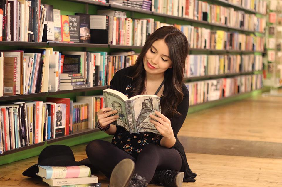 Hace cinco años que Claudia Ramírez decidió crear un canal en Youtube llamado Clau Reads Books, donde comparte sus opiniones literarias, y gracias a este ha tenido oportunidades como participar en conferencias y eventos, tanto de Youtube como de difusión cultural, así como colaborar con casas editoriales y distintas marcas afines a su contenido.